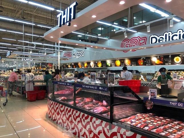 Bên trong các siêu thị trong ngày 31/5 khá thưa vắng