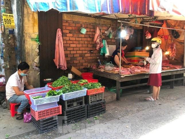 Tại chợ truyền thống, lượng khách mua cũng thưa thớt
