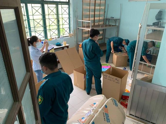 Trung tâm Quản lý Ký túc xá ĐHQG TP HCM phối hợp với Bộ Tư lệnh TP HCM tiến hành thu dọn đồ đạc. Ảnh: KTX ĐHQGTPHCM