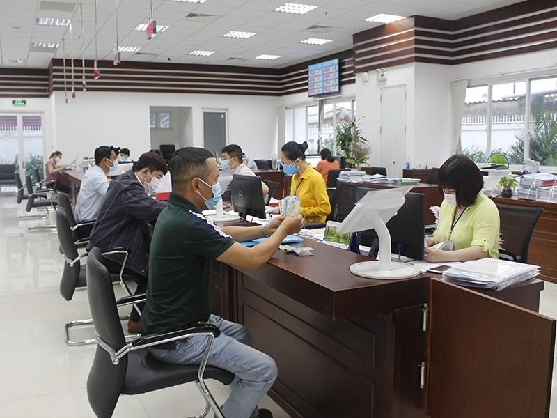 Người dân đến làm thủ tục hành chính tại UBND quận Phú Nhuận thực hiện nghiêm túc việc đeo khẩu trang. Ảnh: NGUYỄN YÊN