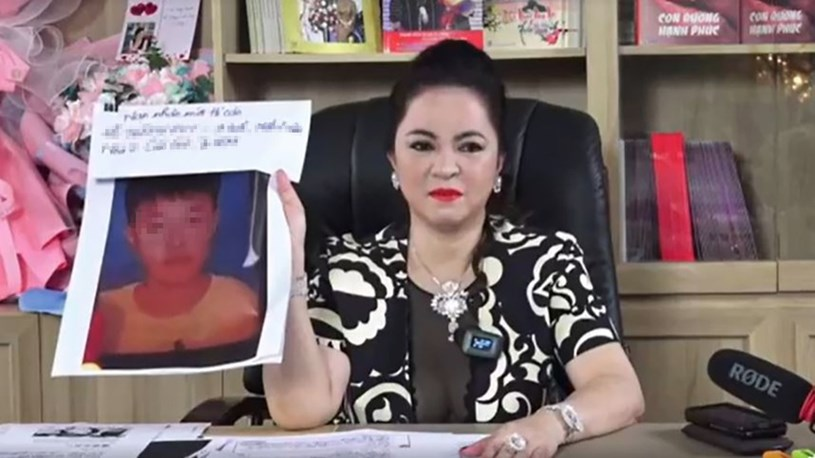 Bà Phương Hằng chuẩn bị tài liệu chi tiết khi livestream. Ảnh chụp lại từ buổi livestream ngày 25/5.
