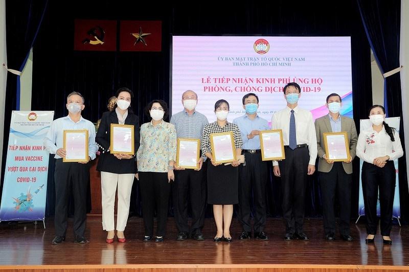 Ủy ban MTTQ TP.HCM tiếp nhận sự ủng hộ của các cá nhân, doanh nghiệp cho quỹ phòng, chống dịch COVID-19. Ảnh: QUỐC THANH