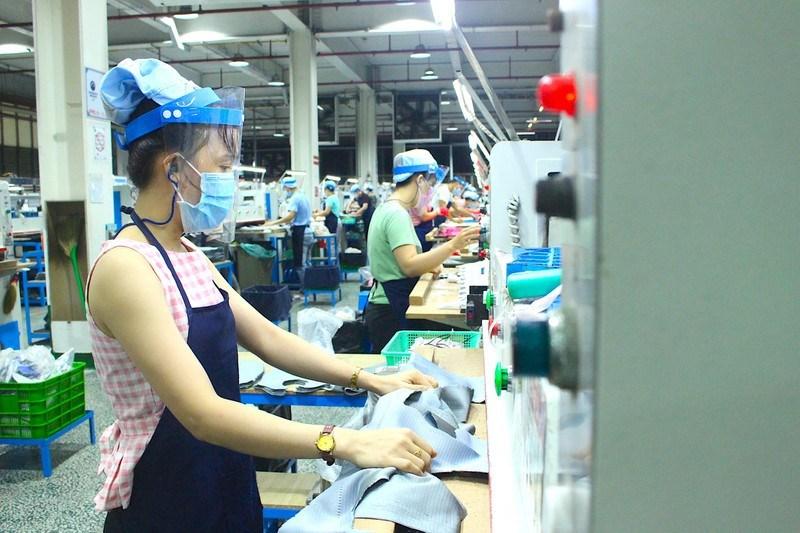 Công nhân tại công ty PouYuen được tổ chức làm việc giãn cách để phòng chống dịch. Ảnh: LÊ THOA