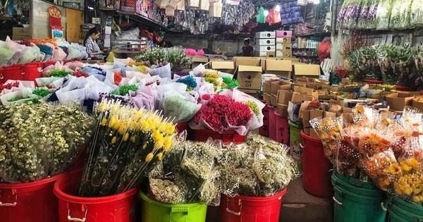 Chợ hoa Đầm Sen mở cửa 3 ngày Tết Đoan Ngọ. Ảnh: Báo Tuổi Trẻ