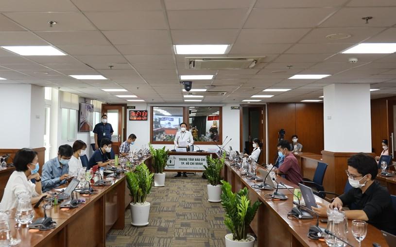 Phó giám đốc Sở Thông tin và Truyền thông TPHCM Từ Lương điều hành tại điểm cầu Trung tâm Báo chí TPHCM. Ảnh: Huyền Mai