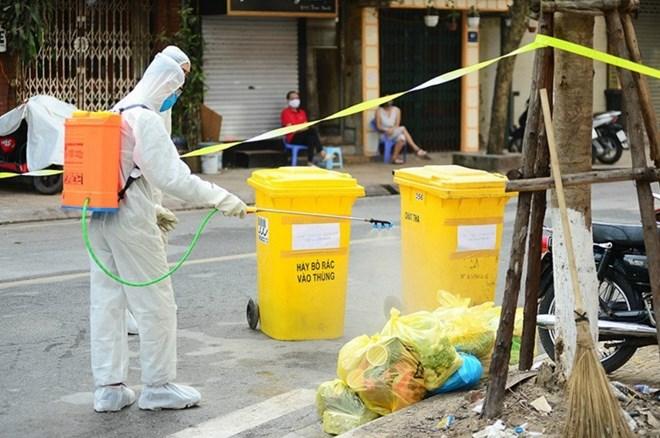 UBND TPHCM yêu cầu việc thu gom rác phải được thực hiện theo tiêu chuẩn an toàn nghiêm ngặt. Ẳnh: Báo CAND