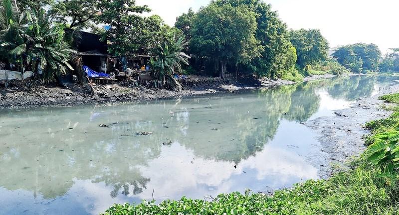 Một con kênh trên địa bàn quận Bình Thạnh được thu gom rác và khai thông dòng chảy. Ảnh: CHÂU NGUYÊN