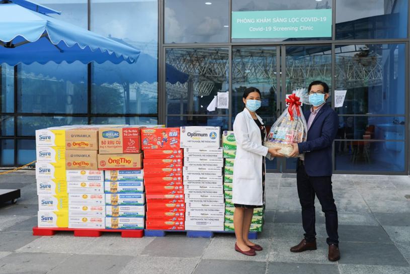 Đại diện bệnh viện tiếp nhận các món quà từ Vinamilk dành tặng đến gia đình của cán bộ y tế tuyến đầu