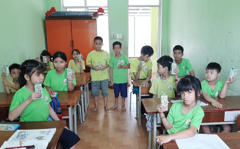 Những hộp sữa dinh dưỡng phần nào giúp các em tại Trung tâm Hướng Dương Việt (Quảng Nam) tăng cường sức khỏe trong mùa dịch