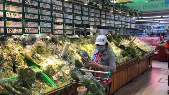 Thực phẩm tươi sống tại Satramart siêu thị Phạm Hùng vẫn dồi dào. Ảnh chụp sáng 8/7