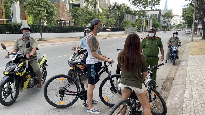 Một người nước ngoài đạp xe tập thể dục ngoài đường bị phường Thảo Điền buộc dừng lại. Ảnh: UBND phường Thảo Điền