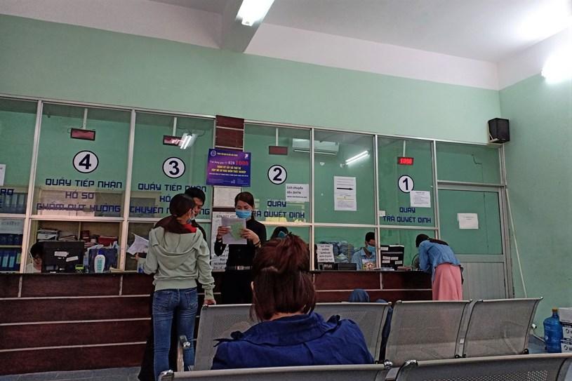Người lao động làm thủ tục về bảo hiểm thất nghiệp tại Trung tâm dịch vụ việc làm TP.HCM (ảnh chụp cuối năm 2020). ẢNH: LÊ TRỌNG