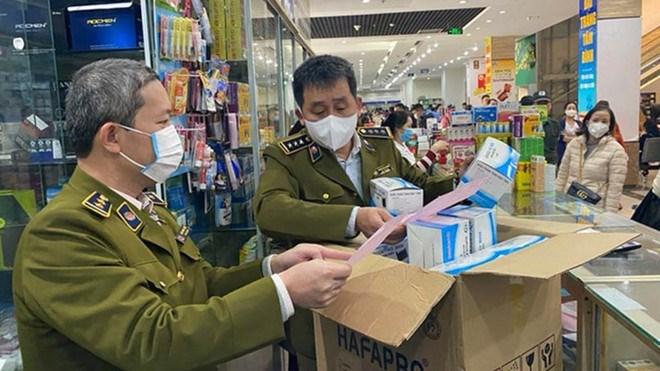 Lực lượng quản lý thị trường kiểm tra thị trường khẩu trang. Ảnh: Báo Thanh Niên