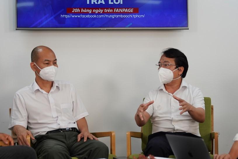 Phó Giám đốc Sở Công thương TP Nguyễn Nguyên Phương vàTổng giám đốc Liên hiệp Hợp tác xã thương mại TP.HCM - Saigon Co.op Nguyễn Anh Đức trả lời câu hỏi của người dân gửi về chương trình
