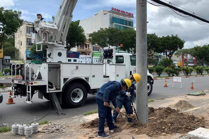 Công ty Điện lực Tân Phú thi công công trình cấp điện cho Trung tâm hồi sức tích cực người bệnh COVID-19 tại Bệnh viện quận Tân Phú. Ảnh: EVNHCMC.
