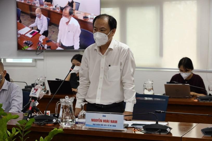 Phó Giám đốc Sở Y tế Nguyễn Hoài Nam trả lời phóng viên tại họp báo. Ảnh: Linh Nhi