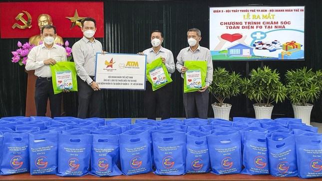"""Anh Đặng Hồng Anh (thứ 2 từ trái sang) trao 1.000 """"Túi thuốc cứu người"""" tặng Quận ủy quận 3, TPHCM."""