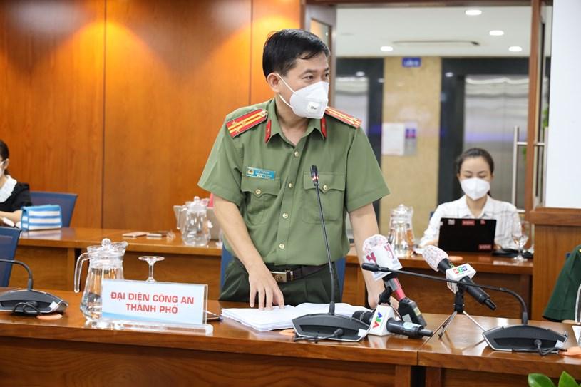 Thượng tá Lê Mạnh Hà – Phó trưởng Phòng Tham mưu, Công an TP thông tin về trường hợp 30 F0 phát hiện tại chốt kiểm soát. Ảnh: Linh Nhi