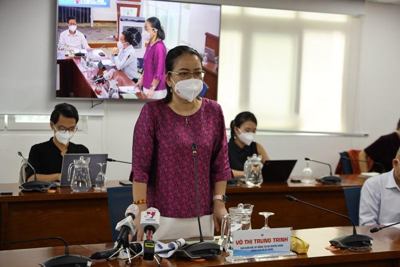 Phó Giám đốc Sở Thông tin và truyền thông Võ Thị Trung Trinh trao đổi về tiến độ cập nhật thông tin tiêm vắc xin trên hệ thống cơ sở dữ liệu quốc gia về tiêm chủng. Ảnh: Linh Nhi