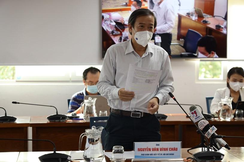 Phó Giám đốc Sở Y tế Nguyễn Văn Vĩnh Châu trả lời phóng viên về các nội dung liên quan đến y tế. Ảnh: Khang Minh