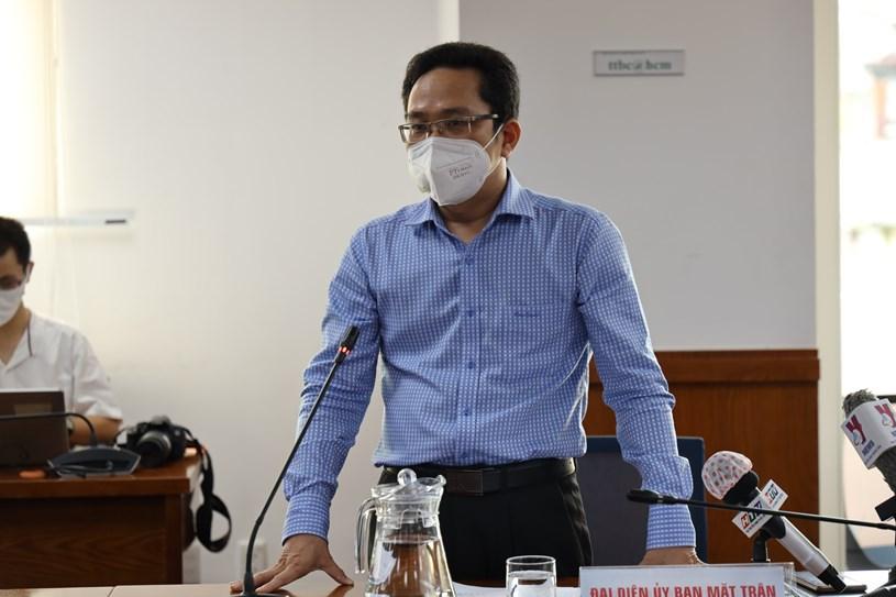 Đại diện Mặt trận Tổ quốc Việt Nam TPHCM thông tin về tình hình an sinh xã hội trong ngày. Ảnh: Khang Minh