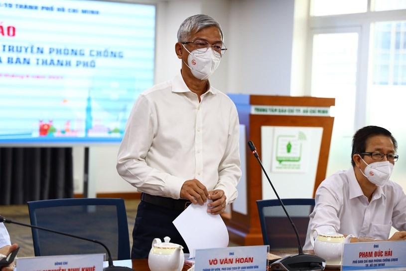 Phó Chủ tịch UBND TPHCM Võ Văn Hoan thông tin cụ thể về phương án hỗ trợ người dân gặp khó khăn do ảnh hưởng của dịch COVID-19 trên địa bàn Thành phố đợt 3. Ảnh: Khang Minh