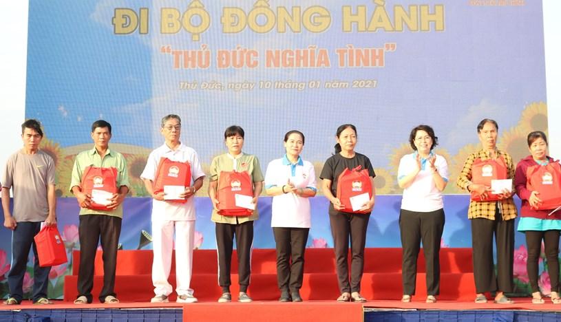 Chủ tịch HĐND TPHCM Nguyễn Thị Lệ và Chủ tịch Ủy ban MTTQ Việt Nam TPHCM Tô Thị Bích Châu tặng quà cho người dân có hoàn cảnh khó khăn trên địa bàn quận