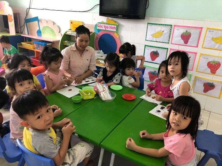 Tuyệt đối không dạy trước chương trình lớp 1 cho trẻ mầm non; không yêu cầu trẻ tập tô, tập viết chữ. Ảnh: BÍCH THANH