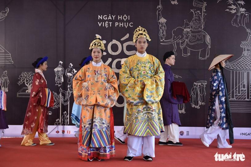 Cổ phục triều Nguyễn được phục dựng ngay trên sân khấu tại ngày hội Việt Phục, Q.1, TP.HCM - Ảnh: NGỌC PHƯỢNG