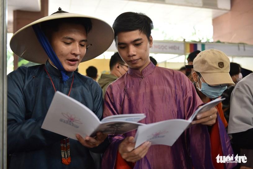 Bạn Phạm Cao Thái Bảo (Q.Thủ Đức) và Bạn Nguyễn Anh Tuấn (Q.3) chọn áo ngũ thân để tham gia ngày hội