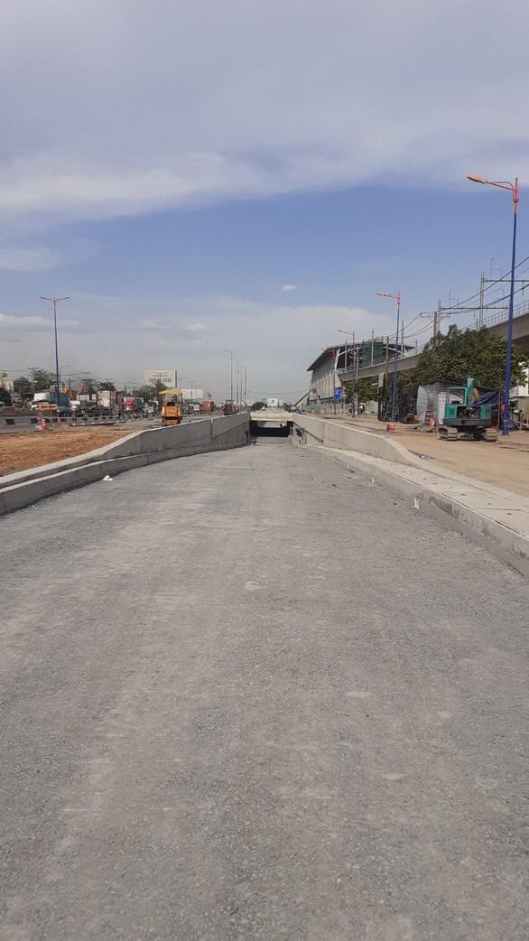 Đường chui trên xa lộ Hà Nội cho xe gắn máy và ôtô con chạy từ TP.HCM hướng ra Đồng Nai nhằm tránh xung đột giao thông với xe chở khách ra vào Bến xe miền Đông mới, quận 9 - Ảnh: HOÀNG ANH