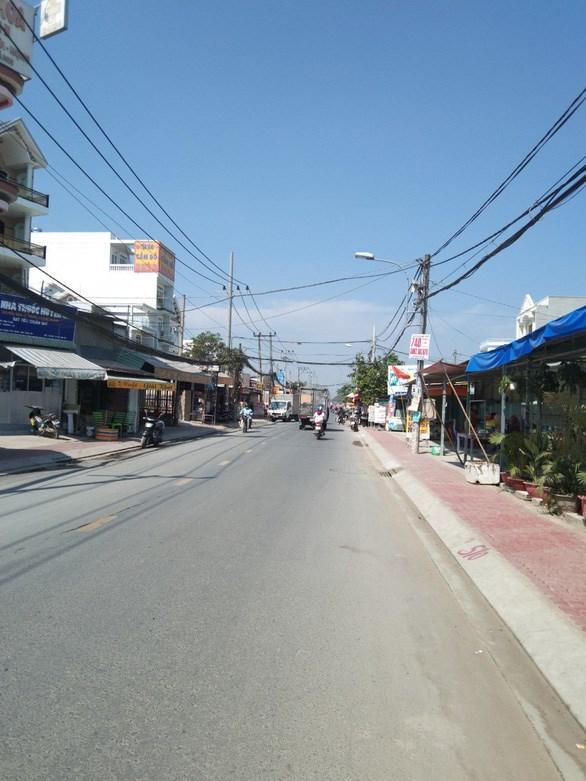 Đường Hương lộ 11 được nâng cấp mặt đường, lắp hệ thống thoát nước và lát vỉa hè được 4km - Ảnh: T.TUẤN