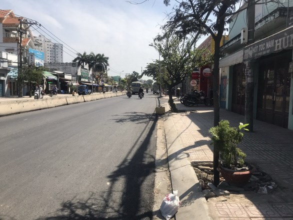 Đường Huỳnh Tấn Phát đoạn từ cầu Phú Xuân đến phà Bình Khánh, quận 7 đã được nâng cấp mặt đường và hệ thống thoát nước, lát vỉa hè - Ảnh: T.TUẤN