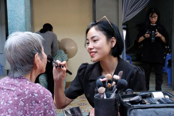 Chuyên gia makeup làm đẹp cho các cụ bà trước khi xuất hiện trước ống kính - ẢNH: VŨ THỦY