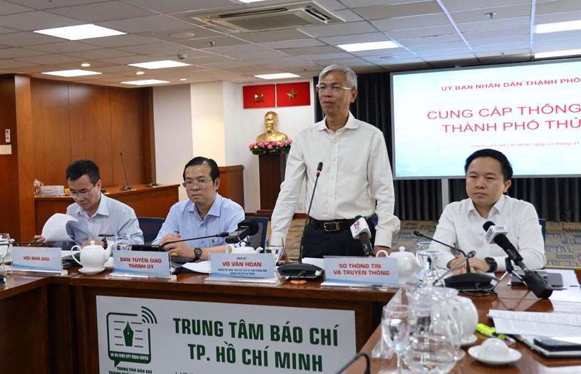 Thành ủy viên, Phó Chủ tịch UBND TP Võ Văn Hoan trao đổi với các cơ quan báo chí. Ảnh Khang Minh