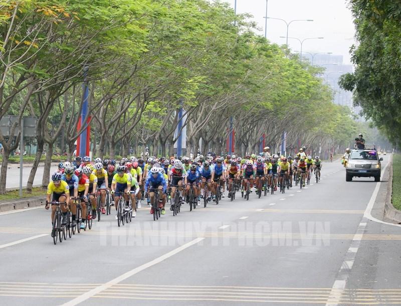 Các vận động viên tranh tài tại giải đua xe đạp phong trào mừng Đảng - mừng Xuân Tân Sửu 2021.
