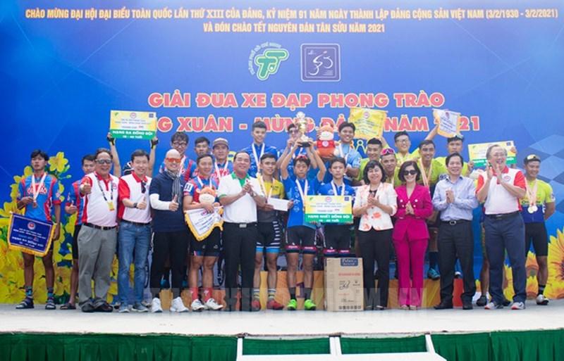 Ban tổ chức trao giải cho các cá nhân, tập thể đạt giải