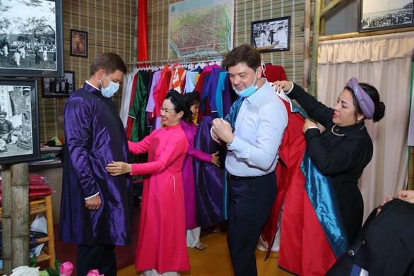 Lễ hội Tết Việt đã đón các tổng lãnh sự và phu nhân, đại diện các cơ quan lãnh sự, văn phòng kinh tế - thương mại - văn hóa tại TP.HCM đến giao lưu, trải nghiệm gói bánh chưng và thưởng thức các hoạt động Tết truyền thống của người Việt - Ảnh: T.X