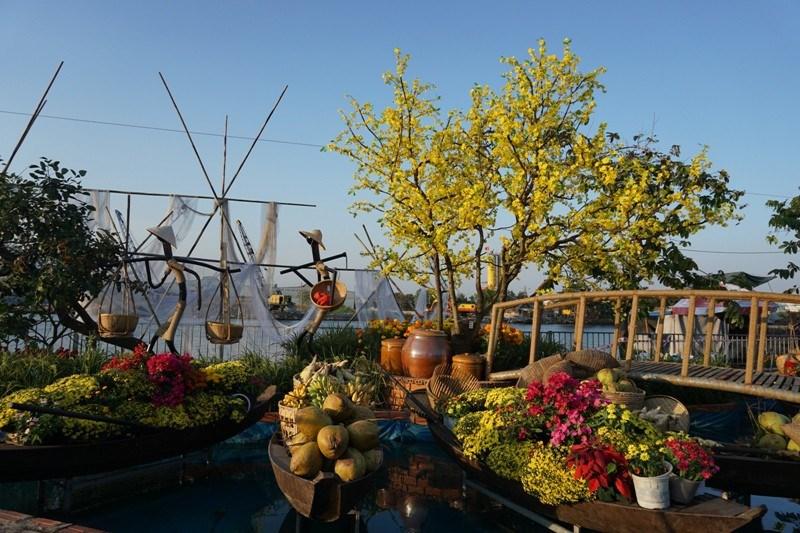 Khu trưng bày tái hiện trên bến dưới thuyền tại chợ hoa xuân Bình Điền năm 2020. Ảnh: TÚ UYÊN