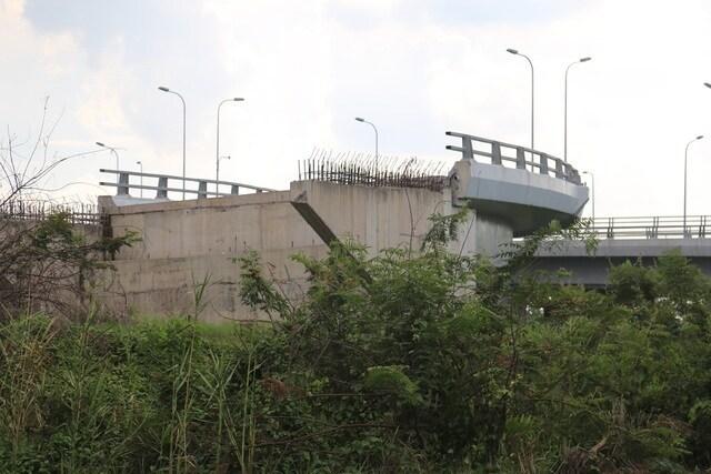 Trụ cầu kết nối với nút giao cầu vượt đại lộ Võ Văn Kiệt - QL 1A làm dở dang sau khi nhà thầu rút đi