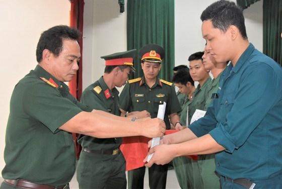 Thượng tá Nguyễn Trung Sơn, Chỉ huy trưởng Ban Chỉ huy quân sự quận Tân Bình trao quyếtđịnh xuất ngũ cho các cựu quân nhân
