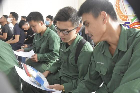 Các cựu quân nhân traođổi về thông tin tuyển dụng, học nghề
