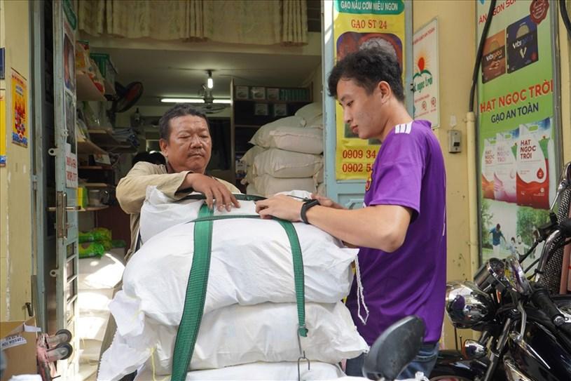 Gạo ST25 - đặc sản Sóc Trăng là một trong những mặt hàng làm nóng thị trường quà tặng Tết năm nay. Ảnh: Ngọc Lê