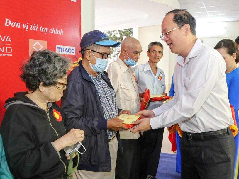 Ông Nguyễn Hồ Hải - phó bí thư Thành ủy TP.HCM - trao phiếu mua hàng miễn phí cho bà con quận 3 sắm tết - Ảnh: THẢO LÊ
