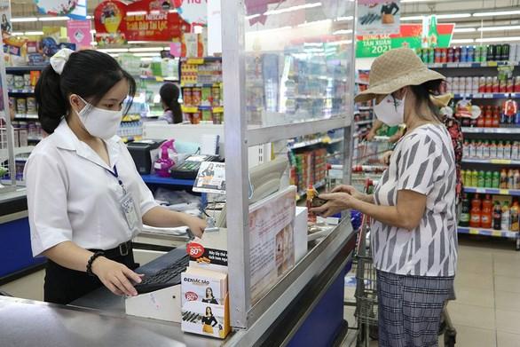 Lê Đào Nhật Hạ với công việc thu ngân thời vụ tại một siêu thị trong những ngày giáp tết - Ảnh: BÌNH MINH