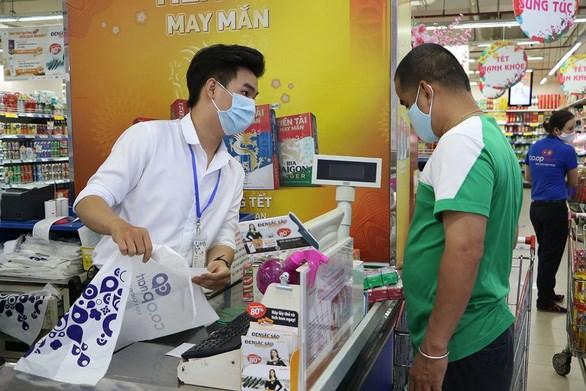 Nguyễn Trọng Nghĩa với công việc thu ngân thời vụ tại một siêu thị ở quận 11 (TP.HCM) - Ảnh: BÌNH MINH