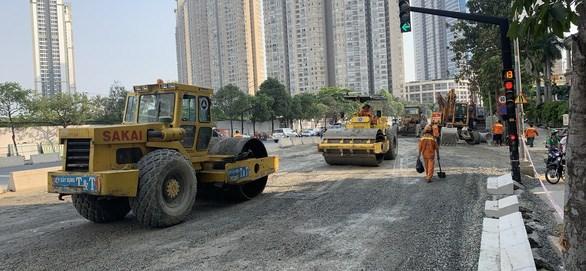 Công nhân miệt mài thi công trên công trường sửa chữa, nâng cấp đường Nguyễn Hữu Cảnh những ngày cuối năm - Ảnh: T.T.D