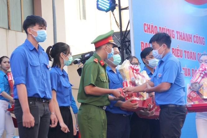 Chương trình cũng tặng quà Tết cho 26 cán bộ Đoàn tiêu biểu có hoàn cảnh khó khăn.
