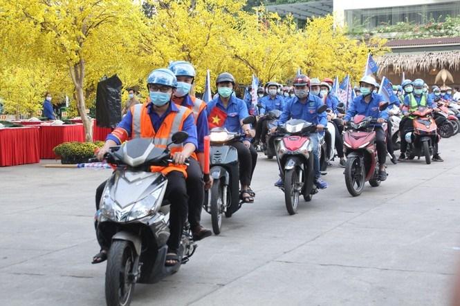 Dịp này, các đội hình thanh niên tình nguyện cũng ra quân đảm bảo trật tự, an toàn giao thông dịp Tết Tân Sửu 2021.