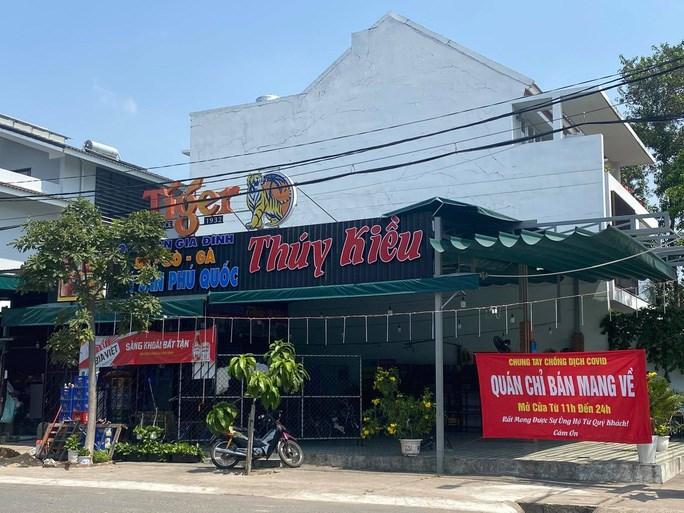 Một quán ăn trên đường 23, phường Hiệp Bình Chánh, TP Thủ Đức thông báo chỉ bán đồ ăn mang về, không phục vụ tại quán